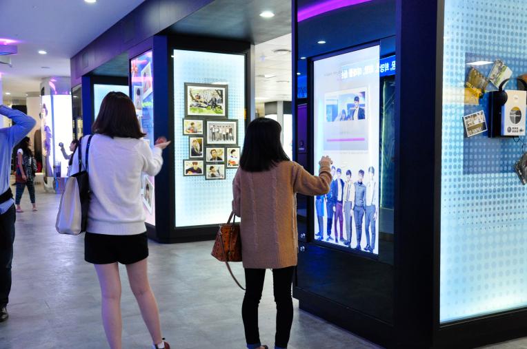 Màn hình cảm biến xung quanh gian hàng triển lãm